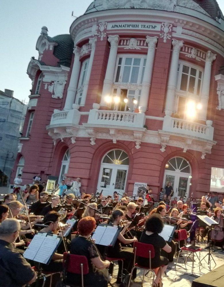 КУЛТУРА ВСЕКИ ДЕН Празничен концерт край фонтана
